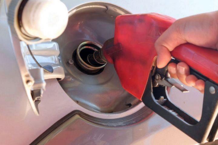 یک کارشناس اقتصادی گفت: قیمتی که امروز بنزین در ایران به فروش می رسد در مقایسه با قیمت های جهانی و منطقه خیلی پائین تر است